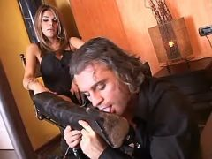 Man serves lusty mistress tranny in leather boots